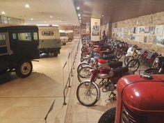 Museo Sala Team - El Museo Sala Team contiene multitud de coches, motocicletas y carteles.