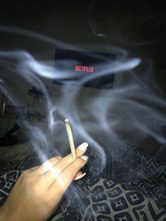 Netflix and Chill! Smoking Kills, Girl Smoking, Smoking Weed, Weed Girls, 420 Girls, Rauch Fotografie, Cigarette Aesthetic, Smoke Photography, Puff And Pass