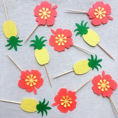 These fantastic handmade pineapple and hibiscus cupcake toppers are a MUST-HAVE at your Luau party.Each pineapple and hibiscus are made out of glitter card stock (one sided, the back is white). Moana Party, Moana Birthday Party, Hawaiian Birthday, Hawaiian Theme, Luau Birthday, Hawaiian Parties, Hawaiian Luau, Luau Cupcakes, Hawaiian Cupcakes