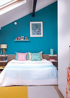 """Crédit Photo: Mai Linh /Box Management - Coussins Mademoiselle Dimanche. Peinture Luxens """"Bleu Atoll n° 3"""". Tête de lit Ikea. Tapis Muskane."""