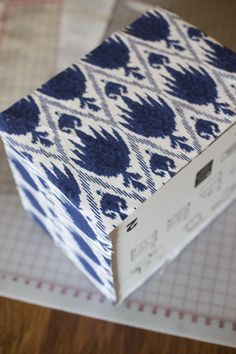 Sewing Fabric Storage Make Stylish Storage Bins By Covering Bankers Boxes with Fabric - Don't throw old boxes out! Upcycle them into stylish storage. Glue fabric to the outside to create pretty fabric covered storage boxes. Decorative Storage Bins, Fabric Storage Boxes, Fabric Bins, Diy Projects To Try, Sewing Projects, Sewing Tutorials, Sewing Patterns, Fabric Covered Boxes, Baby Clothes Storage