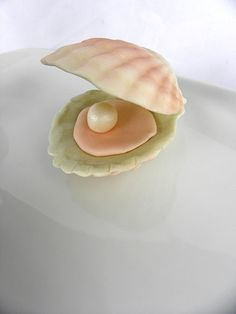 Fondant Edible Clam Shells with Pearl as seen by ModernLuxeEvents, $9.00