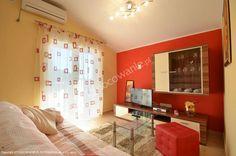 Apartamenty Kristina w Rogoznicy - trzy całkowicie wyposażone, nowocześnie urządzone apartamenty, które znajdują się jedynie 70 metrów od plaży. Szczegóły oferty: http://www.nocowanie.pl/chorwacja/noclegi/rogoznica/apartamenty/137357/