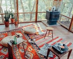 Ici deux tapis se complètent au niveau des couleurs, mais ils ont des motifs différents. La superposition complètement asymétrique contribue au style bohème, avec des tapis disposés au hasard (du moins en apparence).