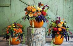 composition florale en vase-citrouille et fleurs automnales