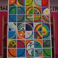 Chaque enfant a un petit carré, trace un arc de cercle et le décore à sa guise...Cela permet de faire une oeuvre collective vraiment originale et colorée ! ...