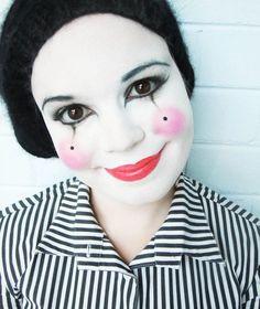 simples Make-up in schwarzweiß mit rosafarbenen Lippen