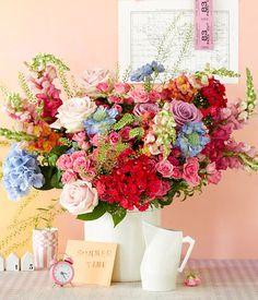 Sommerstrauß aus Rosen, Hirtentäschel und Hortensien - [LIVING AT HOME]