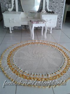 Tapete Redondo Entrelaçado Ravelry Crochet, Free Crochet, Crochet Mandala, Crochet Rugs, Crochet Carpet, Carpet Mat, Knitted Flowers, Crochet Tablecloth, Crochet Videos