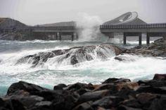 Alguns de seus trechos podem ser extremamente perigosos quando o mar está revolto. A obra foi votada como a construção norueguesa do século. Visitar página  Visualizar imagem