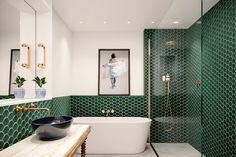 Modern bathroom at VWArtclub Modern Bathrooms Interior, Bathroom Interior Design, Small Bathrooms, White Bathrooms, Bad Inspiration, Bathroom Inspiration, Art Deco Bathroom, Bathroom Ideas, Bathroom Green