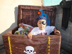 Meu piratinha dentro do baú...rsrsrs