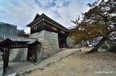Japanese castle architecture, Tonashimon  Here's a rare style of castle gate architecture, found at the Matsuyama Castle. Called tonashi, a word that…  -  Lili Florea (Muza-chan) - Google+