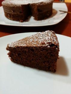 TORTA AL CIOCCOLATO DI SOLI ALBUMI  Questa torta al cioccolato è un paradiso, di una sofficita' inimmaginabile, è diffusissima in rete ed è buona ma buona, buona assai.  INGREDIENTI: *100g di cioccolato fondente *100g di zucchero *rasatura di un'arancia *50g di burro *30g di olio di semi *50g di farina 00 *30g di maizena *160g di albumi *1/2 bustina di lievito per dolci  PROCEDIMENTO: Mettere a sciogliere a bagnomaria il cioccolato e burro, intanto montare a neve fermissima gli albumi…