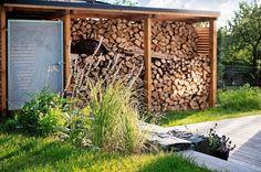 Stojisko na odkladanie palivového dreva je navrhnuté  a situované tak, aby tvorilo optickú clonu od susedovej  chaty.