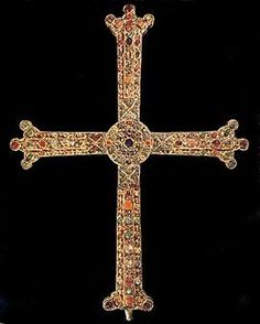 Cruz de la Victoria (Asturias, siglo X). Fue donada por el rey Alfonso III a la catedral de Oviedo, donde se conserva dentro de la Cámara Santa. Es una cruz latina con alma de madera, revestida de oro y joyas, que se ha convertido en el actual símbolo del Principado de Asturias.