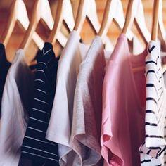 Olha que gracinha estas camisetas te olhando assim, de lado. | 18 imagens que vão levar ao delírio quem ama roupas básicas