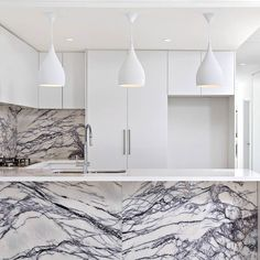 Never seen marble in a kitchen quite like this.. so bold!! #marble #luxurydesign #kitchen #realestate #milliondollarhomes #luxury