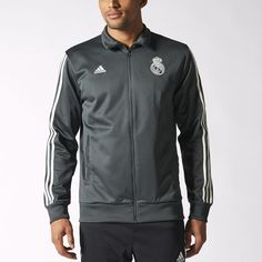 Esta chaqueta de fútbol para hombre luce el auténtico estilo del Bernabéu. Presenta el escudo del Real Madrid en el pecho, bolsillo frontales, cremallera y cuello alzado.