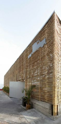 Image 10 of 15 from gallery of El Camion Restaurant / LLONA + ZAMORA Arquitectos + Fernando Mosquera. Photograph by Michelle Llona R Natural Architecture, Bamboo Architecture, Architecture Design, Jungle House, Bamboo House, Bamboo Furniture, Modern Garden Design, Natural Building, Patio