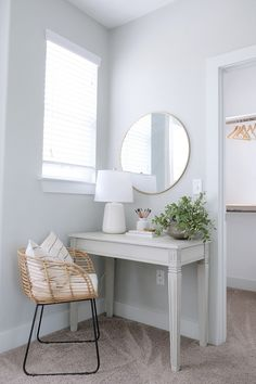 Bedroom desk Small desk Bedroom with small desk area perfect for a guest bedroom Small Guest Rooms, Guest Bedrooms, Bedroom Desk, Home Bedroom, Master Bedroom, Desk In Small Bedroom, Girls Bedroom, Guest Room Decor, Modern Bedroom Design