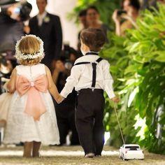 Reviver é pedir Bis. #estudiobis #bispic #igdaily #instago #instapic #instacool #instagood #instamood #igoftheday #instadaily #videojournalism #sony #videomaker #editing #vimeo #imagensinspiradoras #filmagem #wedding #bride #makingof #love #cute #nice #cool #vestido #noiva #goiania @fernandanevescerimonial @estudiobis @casalisgoiania @djgarrot