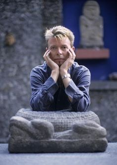 David Bowie at La Casa Azul, the house/museum of Frida Kahlo & Diego Rivera in Coyoacan, Mexico City. October 22, 1997. Photo © by Fernando Aceves.