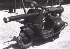 """Cañón-Motocicleta - Fue un tipo de cañón que los franceses utilizaron en la década de los 50 del siglo pasado en Vietnam. Debido a la carencia de fondos, Francia tuvo que """"buscar materiales en la tierra local"""", combinando el cañón con la motocicleta. Sin embargo, debido a su débil protección, este arma no hizo mucha contribución en la guerra."""