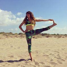 Borda tu postura de Yoga como hace @livinglavidayoga con su tropical total look!  #ropadeportiva #yoga