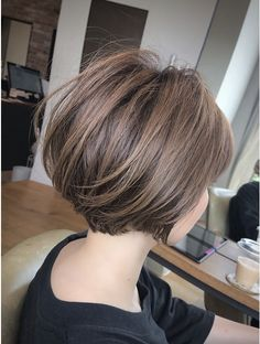 Short Layered Bob Haircuts, Short Hairstyles For Thick Hair, Thin Hair Haircuts, Layered Hair, Short Hair Cuts, Bob Hairstyles, Corte Short Bob, Japanese Short Hair, Silver Hair Dye