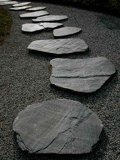 Gartenweg aus Steine in natürlicher Form und Optik