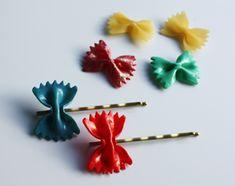 Met vlinderpasta, secondelijm, schuifspeldjes en nagellak hippe schuifspeldjes maken!
