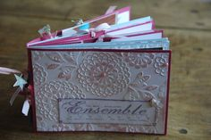 A version scrap, j'étais inscrite à un atelier Stampin'up. J'ai modifié l'album pour le rendre encore plus girly : des perles, des rubans, des tamponnages roses, des papillons, des breloques.... et une belle histoire d'amitié en photo ! Voilà, à l'heure...