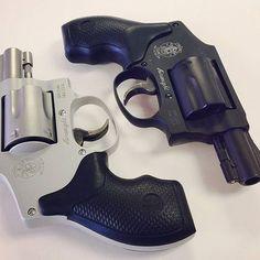 """Revólver Smith & Wesson  Mod. 642 e 442 Calibre: .38 S&W Spl +P. Capacidade do cilindro: 5 munições. Cano: 1.875"""" Armação: Liga de alumínio. Acabamento: Aço inoxidável (642), Matte black(442). Photo: @c4_arms  #falandoemarmas #s&w #mod642 #mod442 #pl3722 #campanhadoarmamento #revolver #love #gun #guns #firearms #boanoite #bomdia #boatardee #army #letsgo #headshot #repost #a #eua #tiropratico #tiroesportivo #cac #ipsc #defesa #youtube #show #foracorruptos #top #br"""