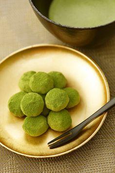とろける抹茶生チョコ餅 Green Tea Dessert, Matcha Dessert, Matcha Cake, Japanese Cake, Japanese Sweets, Sweets Recipes, Fun Desserts, Mochi, Green Tea Ice Cream