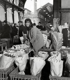 Paris Flea Markets: Old Les Halles, by Robert Doisneau Robert Doisneau, Old Paris, Vintage Paris, Vintage Black, Black White, Black And White Pictures, Henri Cartier Bresson, Vintage Photography, Street Photography
