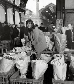 Paris Flea Markets: Old Les Halles, by Robert Doisneau Robert Doisneau, Old Paris, Vintage Paris, Vintage Black, Black White, Black And White Pictures, Vintage Photography, Street Photography, Urban Photography