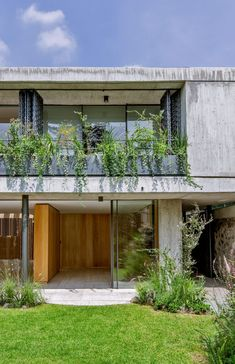 Mexican firm Viga Arquitectos sought to lighten up the atmosphere in a concrete house by reconfiguring the layout, adding pale-toned finishes and incorporating more greenery. Concrete Facade, Concrete Houses, Concrete Structure, Luz Natural, 1970s House, Load Bearing Wall, Storey Homes, Ground Floor Plan, México City