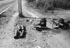 Mercenaries. Septembre 1961, durant la guerre de sécession du Katanga, à Elisabethville, deux soldats de l'ONU allongés sur le ventre à même le sol, des munitions près d'eux.