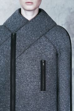 Architectural Fashion - felt coat design inspired by Totalitarian aesthetics… Fashion Details, Fashion Design, Fashion Trends, Estilo Fashion, Sculptural Fashion, Future Fashion, Fabric Manipulation, Mantel, Fall Winter