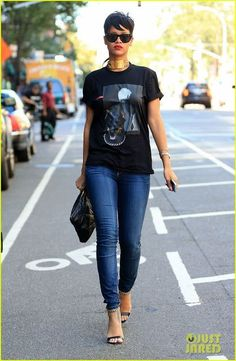 Rihanna: Get My New 'Rogue' Products Now!: Photo Rihanna flaunts her mullet hairstyle while leaving her hotel and hopping in a cab on Wednesday afternoon (September in New York City. Rihanna Mode, Estilo Rihanna, Rihanna Street Style, Street Chic, Rihanna Fenty, Rihanna Outfits, Rihanna Casual, Rihanna Photos, Mode Chic