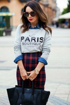 comment porter une chemise en jean jupe carre en rouge et noir