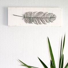 Mach dir ein cooles DIY Feder Fadenbild für deine Wohnung selber. Diese Dekoration ist schnell, einfach und sehr individuell gestaltbar.