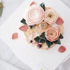 은은하고 또 은은하게, 6월의 꽃 하노이 #flowercake #buttercream #wiltoncake #buttercreamcake…