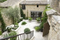 Simple beauty in the South of France- photography – greige design - courtyard garden with gravel Outdoor Rooms, Outdoor Gardens, Outdoor Living, Casa Patio, Patio Wall, France Photography, Tree Photography, Creative Photography, Landscape Photography