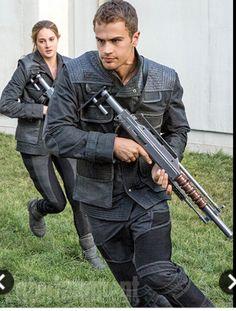 Shailene Woodley & Theo James in Divergent Tris Et Tobias, Divergent Four, Divergent Hunger Games, Tris And Four, Divergent Fandom, Divergent Trilogy, Divergent Insurgent Allegiant, Divergent Dauntless, Theo James
