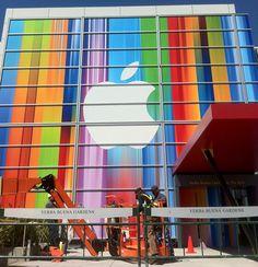 今度はレインボー!!先日お伝えした、iPhone 5発表会場の垂れ幕とは対照的な、ポール・スミスの様な鮮やかでビビッドなポスターが会場の外に...