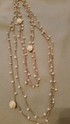 """Ho realizzato queste collane con filo di seta lavorato all'uncinetto. Ho inserito tra le catenelle delle perline di vetro, alcuni charms e roselline di bachelite. Il tutto e' compreso in un kit di """"Atelier delle Idee"""". Ho iniziato infilando 130 perline nel filo di seta, ogni 25 perline ho inserito …"""