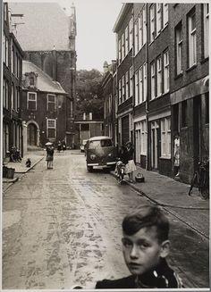 Amsterdam, Spelende kinderen in de Noorderkerkstraat nrs ;10-18 v.l.n.r gezien naar de Noordermarkt met de Noorderkerk , 1959 foto Chris de Ruig