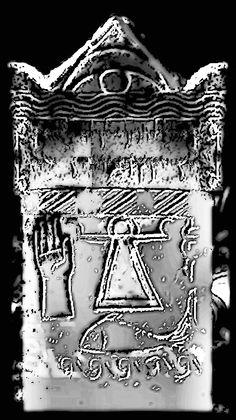Stele de Tanit à carthage ,Tunisie. Au sommet le croissant de lune ouvert sur le soleil mystique, il est aussi le voile sur la tête de saturne, la paupière sur l'iris d'Osiris,sans la pupille dérobée par Seth,  ou la lune couvrant la tête de saturne, dans l' attente de l' éclipse mystique avec l' apothéose du sator capricornien..La libération du poisson de lune, séparé de son jumeau caprin. La prière de tanit pour que monte au ciel l' étoile du matin.